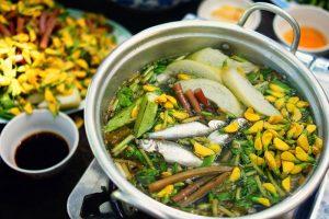Thưởng thức món ăn lẩu cá linh bông điên điển